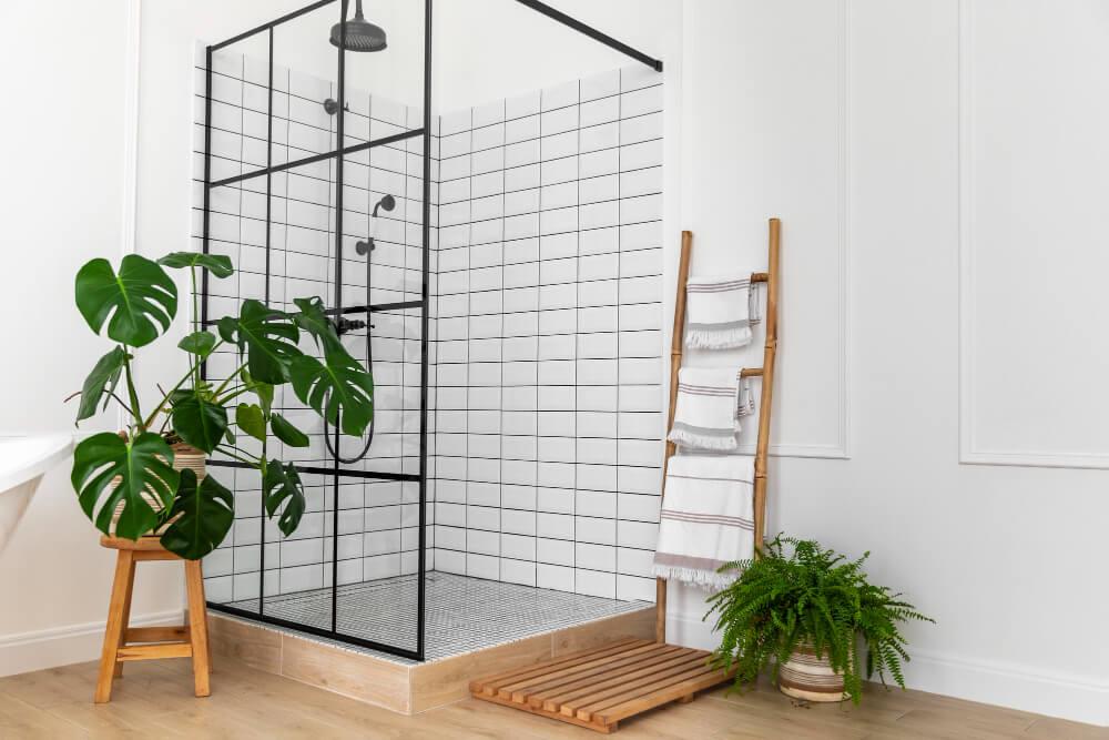 חדר רחצה מעוצב עם צמחיה מלאכותית