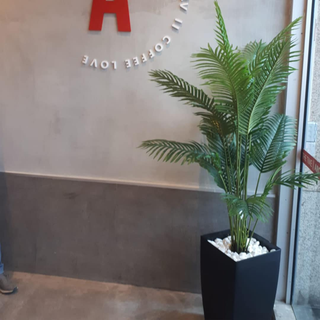 צמחיה מלאכותית עציץ מלאכותי ארומה בית חולים איכילוב